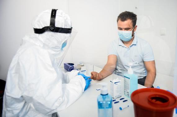 Un sanitario extrae sangre de un paciente para realizar una prueba de anticuerpos contra el coronavirus en el Hospital Dworska de Cracovia, Polonia, el 9 de abril de 2020.