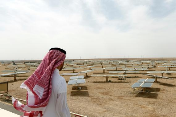 Un hombre saudí mira una planta solar al norte de Riad.