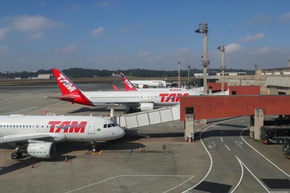 Aviones de LATAM Airlines en el Aeropuerto Internacional de São Paulo-Guarulhos, en Brasil.