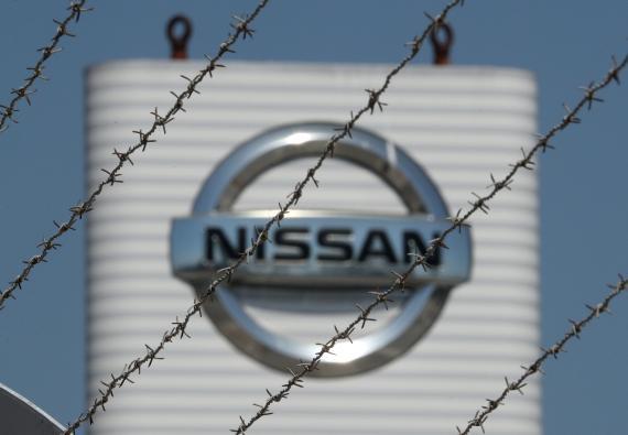 El logotipo de Nissan visto desde una valla en la planta de la compañía en la Zona Franca