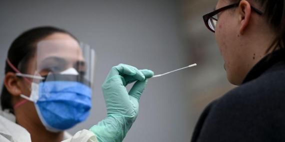 Un asistente médico administra una prueba de COVID-19 en Fridley, Minnesota.