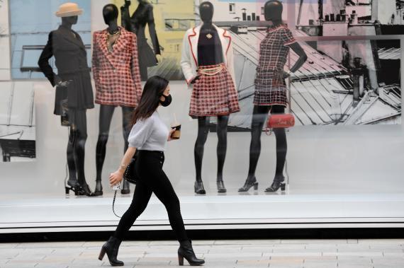 Mujer de compras durante el coronavirus.