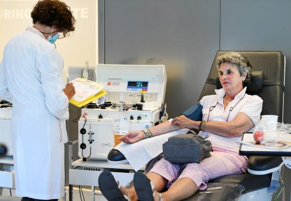 Una mujer dona plasma en Ámsterdam
