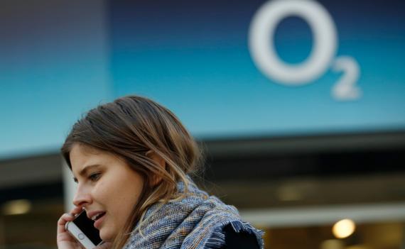 Una mujer habla por teléfono ante una sede de O2 en Londres