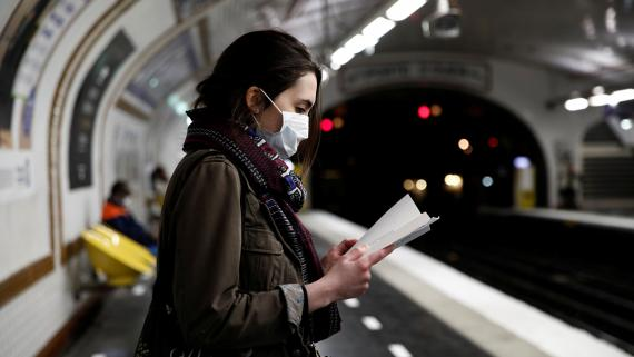 Una mujer lleva mascarilla en el Metro de París.