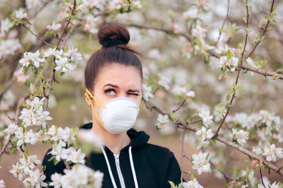 Mujer con una mascarilla en un parque