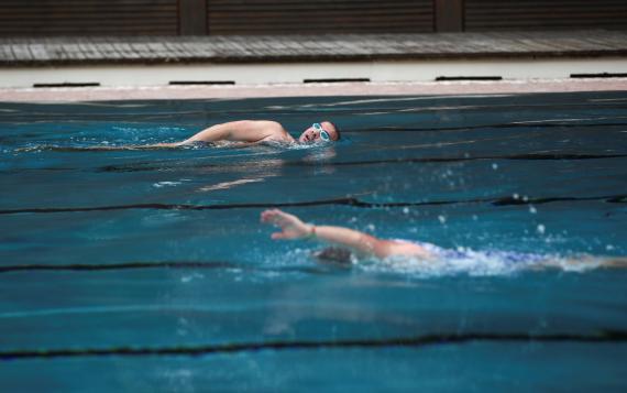 Nadadores en una piscina