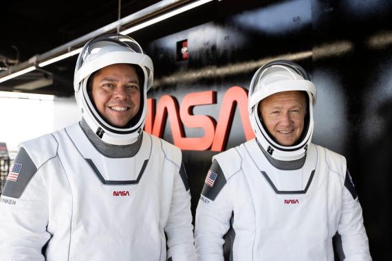 Bob Behnken y Doug Hurley llevando sus trajes de astronauta para una prueba de la misión Demo-2, mayo 2020.