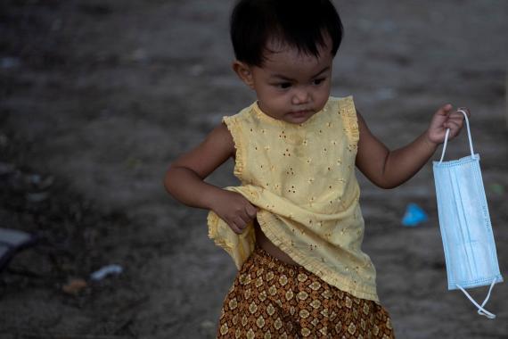 Una niña con una mascarilla para protegerse del coronavirus en Bangkok, Tailandia