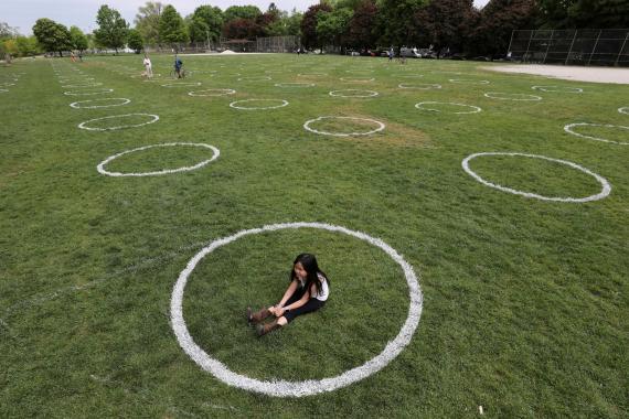 Un parque con círculos para asegurar la distancia social por la pandemia del coronavirus