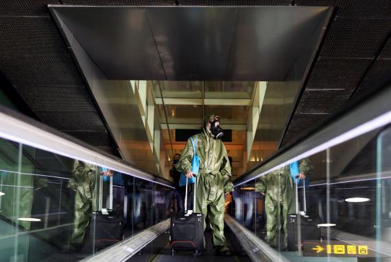 Un pasajero lleva una máscara en el Aeropuerto Josep Tarradellas Barcelona-El Prat.