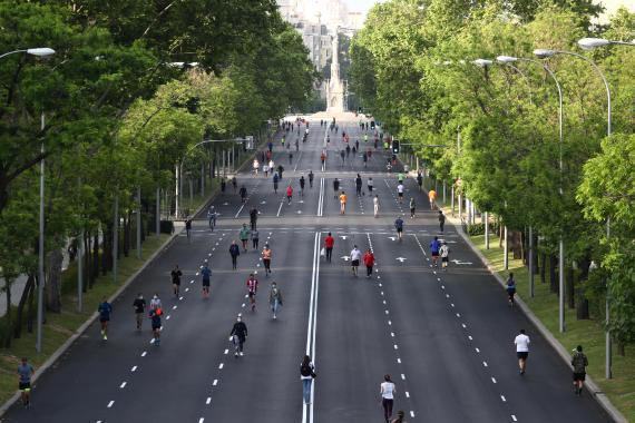 Grupos de personas caminando y haciendo deporte en el Paseo de la Castellana (Madrid), durante la pandemia de coronavirus