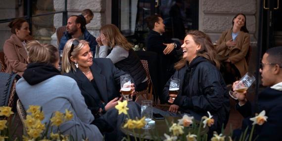 Gente charlando y bebiendo en Estocolmo, Suecia, el 8 de abril de 2020.