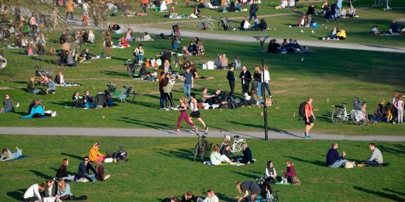 Población de Estocolmo disfrutando de la primavera, 22 de abril.