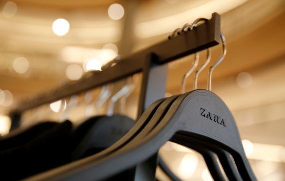Un perchero de una tienda de Zara en Barcelona