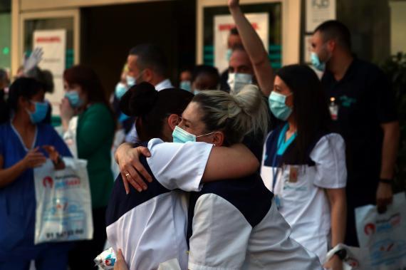 Personal sanitario se abraza durante la pandemia por COVID-19.
