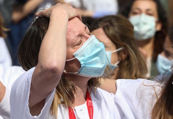 Personal sanitario del hospital temporal establecido en el recinto ferial de IFEMA, antes de su cierre.