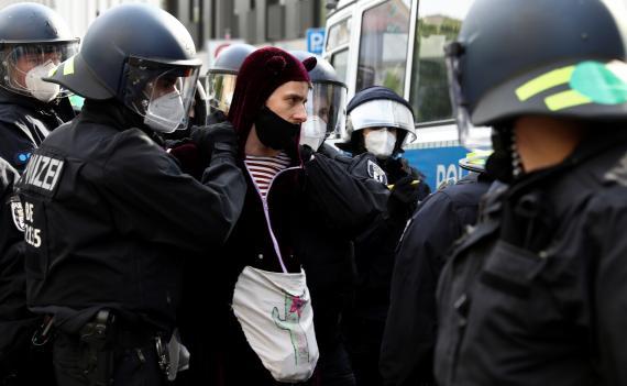 La policía detiene a un manifestante durante una protesta contra las restricciones del gobierno para frenar la propagación del coronavirus en Berlín, Alemania, el 2 de mayo de 2020.
