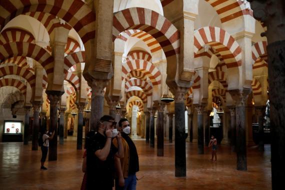 Los primeros visitantes acceden con mascarilla a La Mezquita de Córdoba después de su reapertura tras la pandemia del coronavirus.