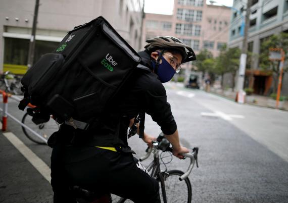 El medalilsta olímpico Ryo Miyake reparte con Uber Eats durante la pandemia del coronavirus en Tokio, Japón.