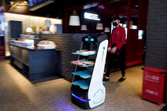 Un robot para servir la comida en un restaurante de Shanghái, China, durante la crisis del coronavirus.