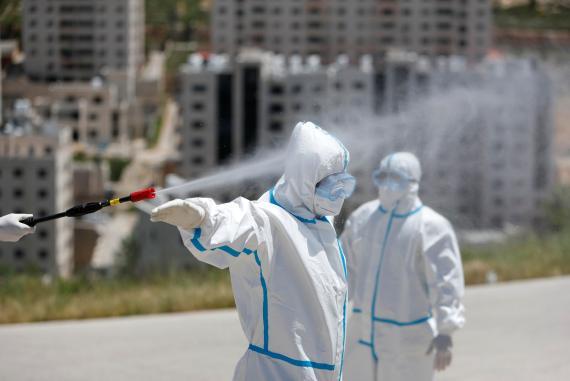 Rociar con desinfectante en aerosol para combatir el COVID-19 es perjudicial para la salud.