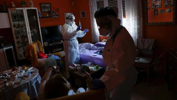 Sanitarios del SUMMA atienden a una persona con coronavirus en Madrid.
