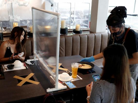 Gente comiendo en un restaurante que reabrió en Bangkok, Tailandia, el 4 de mayo de 2020.