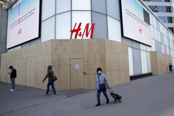 Una tienda de HyM cerrada durante la crisis del coronavirus en Toronto, Canadá