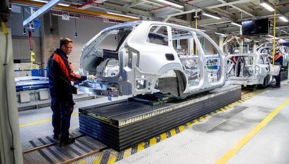 Un trabajador en la fábrica de Volvo en Göteborg (Suecia)
