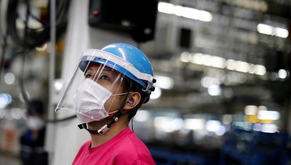 Una trabajadora de la fábrica de coches de Mitsubishi en Kawasaki (Japón)