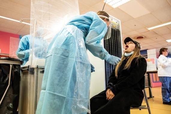 Una trabajadora sanitaria realiza un test del coronavirus en un hospital de Copenhague