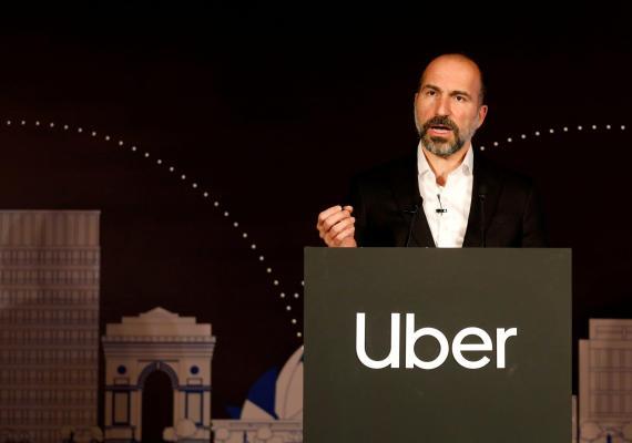 El CEO de Uber, Dara Khosrowshahi, habla a los medios en un evento en Nueva Delhi. India