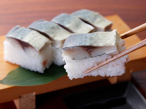 Puede que estés comiendo sushi de manera incorrecta.
