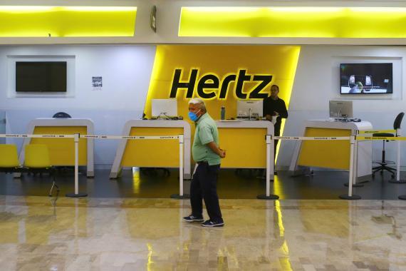 Un pasajero lleva una mascarilla en el casi vacío aeropuerto Benito Juárez, en Ciudad de México, México, en junio de 2020.