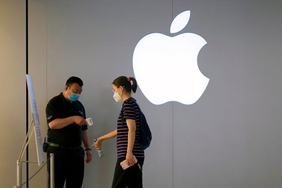 Una cliente entra en una Apple Store en Shanghái, China.