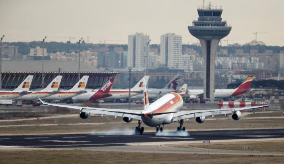 Un avión de Iberia aterriza en el aeropuerto de Barajas, Madrid.