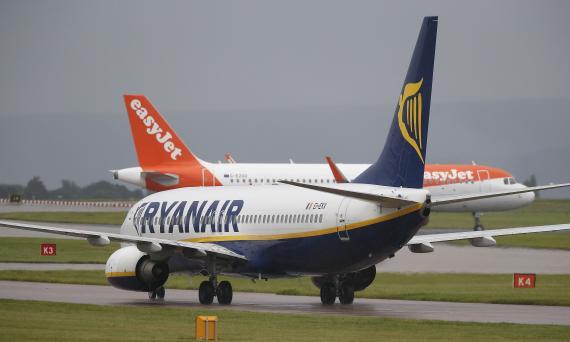 Un avión de Ryanair y otro de la compañía easyJet se preparan para despegar en el aeropuerto de Mánchester