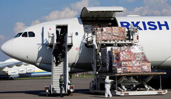 Un avión turco con suministros médicos es descargado en el aeropuerto de Almaty (Kazajistán)