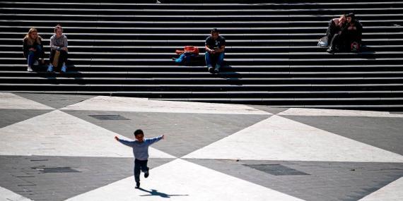 Un niño cruza una plaza en Estocolmo, Suecia, el 8 de mayo de 2020.