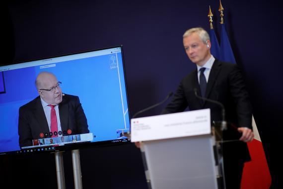 El ministro alemán de Finanzas en la pantalla (i), Peter Altmaier; junto con su homólogo francés, Bruno Le Maire.