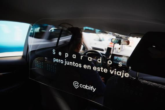 Mampara que separa al conductor de los pasajeros en una imagen promocional de Cabify.