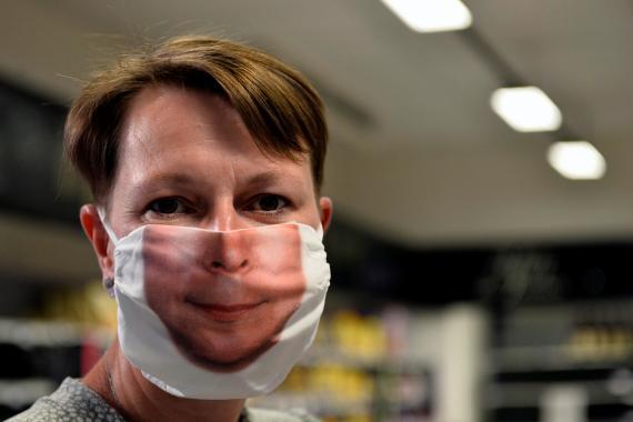 """Un camarero en el restaurante """"Lodge"""", Bruselas, lleva una mascarilla que simula su cara."""