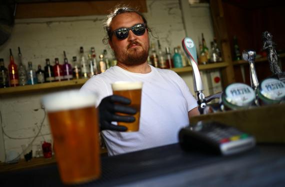 Camarero sirviendo una cerveza.