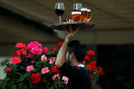 Camarero con vino y cerveza.