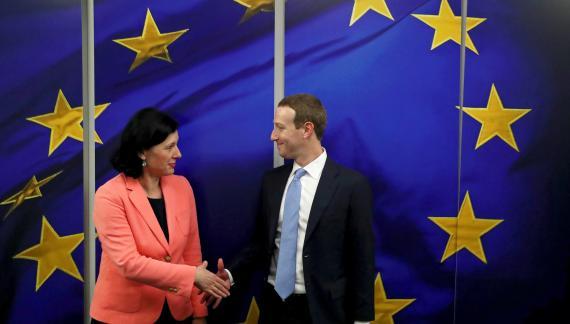 El CEO de Facebook, Mark Zuckerberg, y la vicepresidenta de la Comisión Europea responsable de Estado de Derecho, Vera Jourova