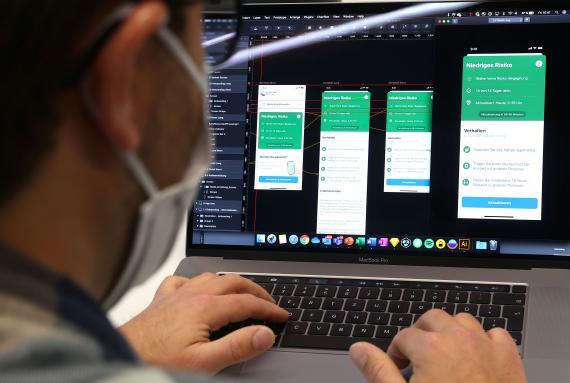 Un desarrollador de software de SAP muestra el estado de la app oficial del Gobierno alemán para rastrear contactos sospechosos de COVID-19.