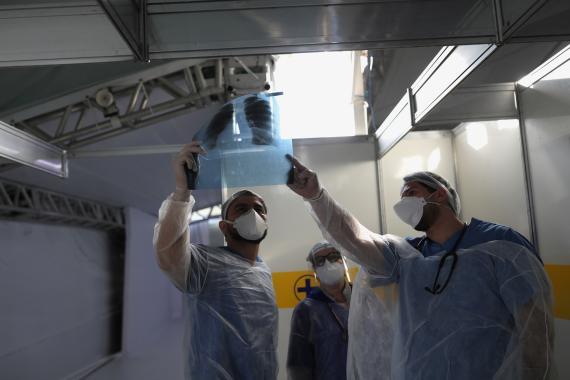 Doctores tratando paciente con COVID-19.