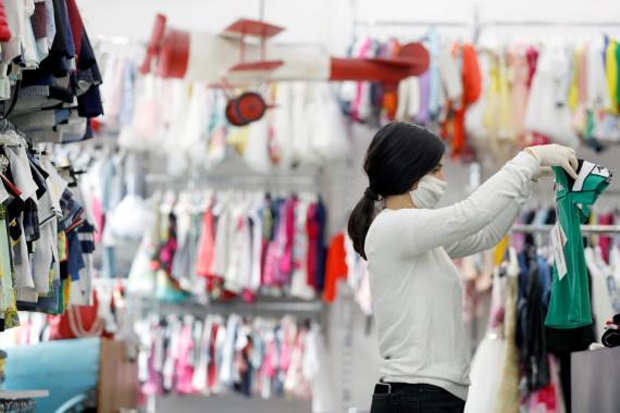 Una empleada de una tienda de ropa en medio de la pandemia del coronavirus