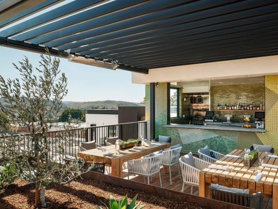 Habrá una delgada línea entre las zonas interiores y exteriores de los hoteles. Foto del hotel San Luis Obispo en California.